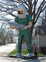 USA - Wilmington IL - David with Gemini Giant at Launching Pad Diner & David (7 Apr 2009)