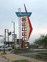 USA - Stroud OK - Skyliner Motel Sign (17 Apr 2009)